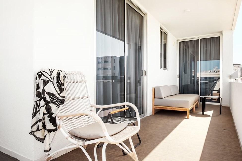 2-værelses Prime Lounge Suite med balkon mod poolområdet