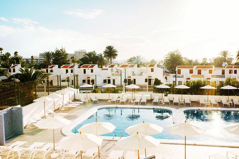 Der er mange liggestole og parasoller på det fredelige poolområde
