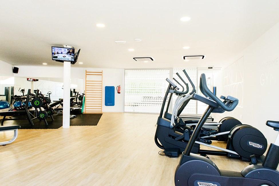 Vores motionsrum har moderne maskiner og god plads til at træne egne øvelser