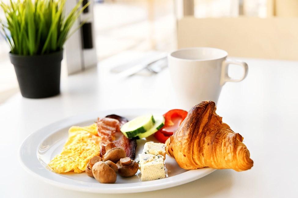 Vælg dine favoritter fra vores overdådige morgenmadsbuffet