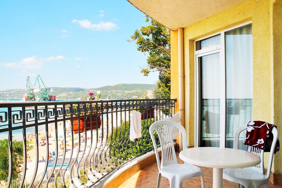 En af balkonerne i en 3-værelses lejlighed med havudsigt