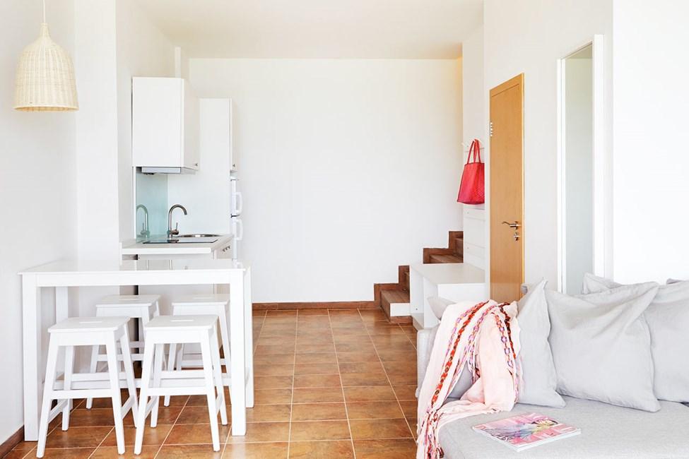 2-værelses lejlighed i to etager med terrasse og balkon med havudsigt