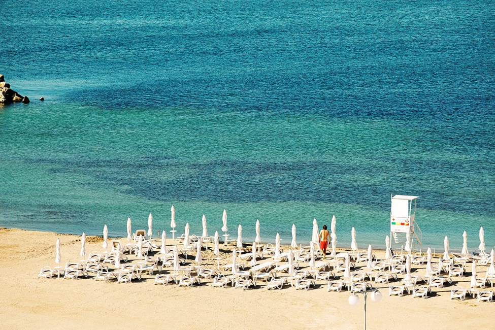 Stranden ligger lige ved hotellet