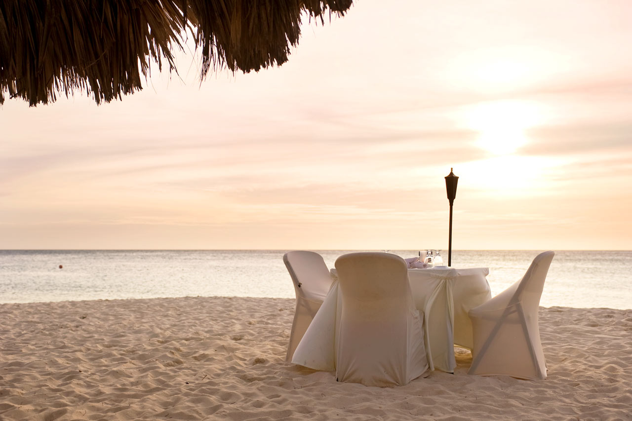 Aruba - Restaurant på stranden ved solnedgangstid