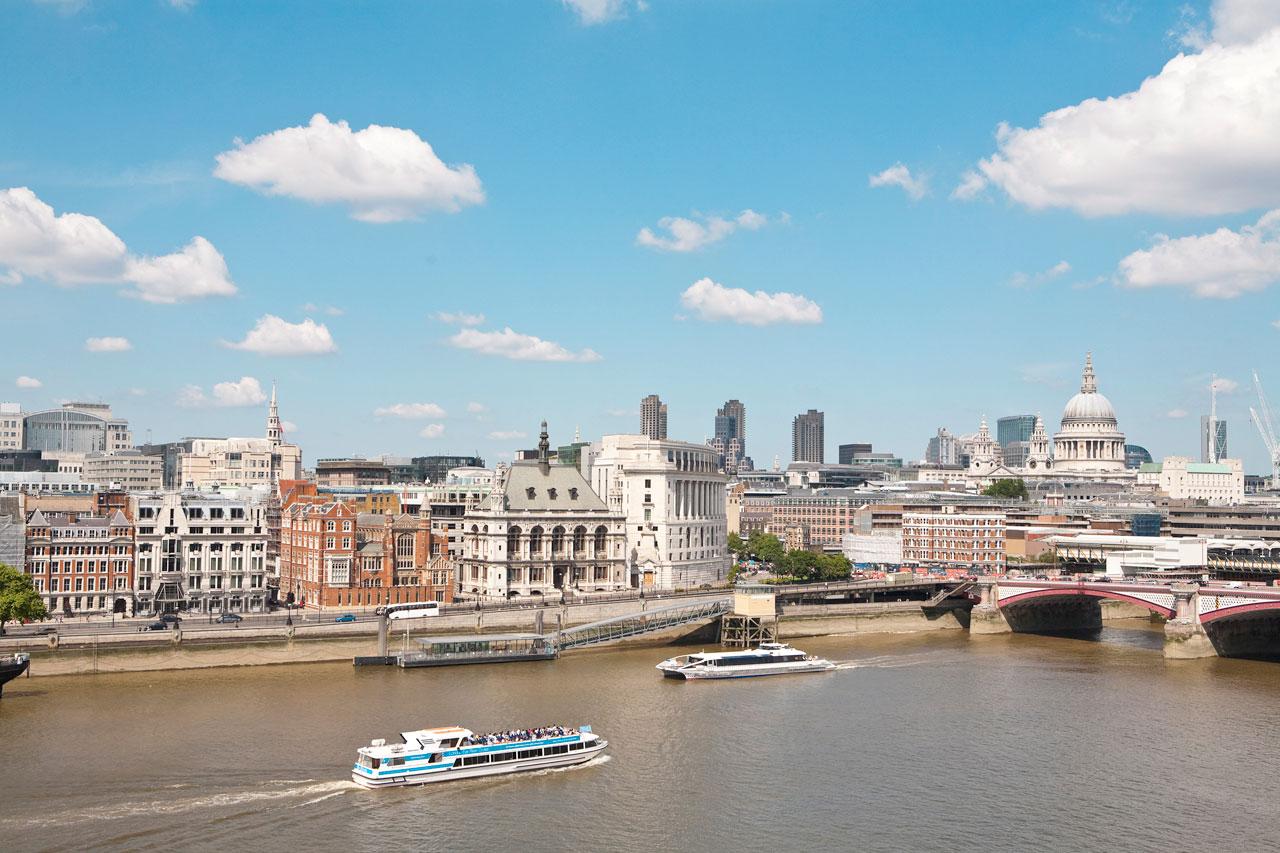 London - St. Paul's Cathedral med Blackfriars Bridge i forgrunden